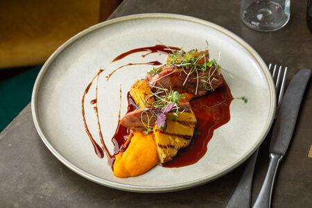 Утиная грудка терияки с морковным пюре и ананасом на гриле