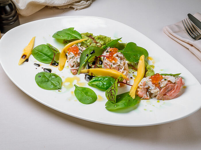 Салат с крабом, пюре из авокадо и мини-шпинатом