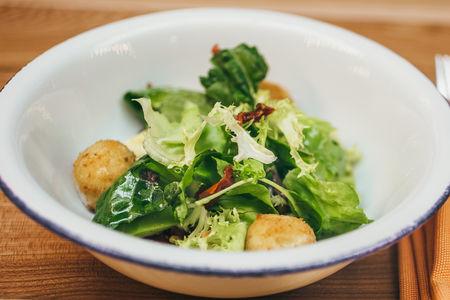 Салат с жареным сыром моцарелла
