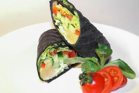 Ролл в тортилье с печеными овощами и хумусом