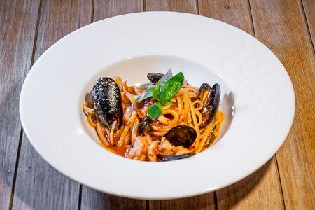 Лингвине с морепродуктами в томатном соусе