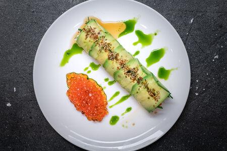 Салат с роллом краб, авокадо и красной икрой