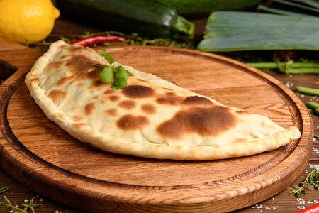 Закрытая пицца Кальцоне с тунцом