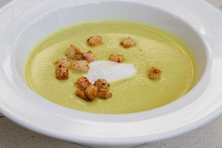 Лёгкий кабачковый кремовый суп с сухарями