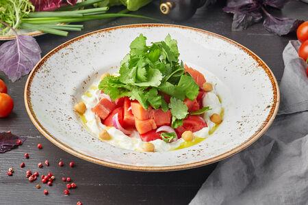 Салат с подкопченной форелью, помидорами и йогуртовым соусом
