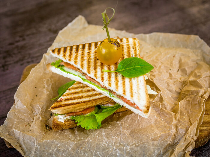 Сэндвич с копченым лососем и сыром