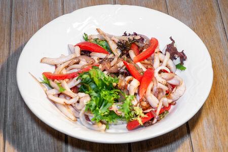 Теплый салат с атлантическим кальмаром