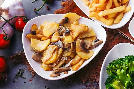 Картофель жаренный с грибами и луком