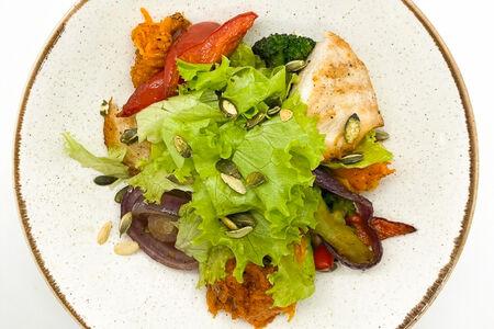 Салат с куриным филе и запеченной тыквой