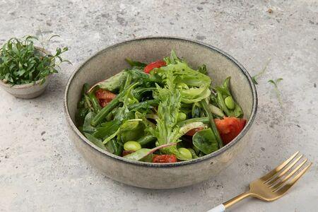 Зеленый салат с бобами эдамамэ