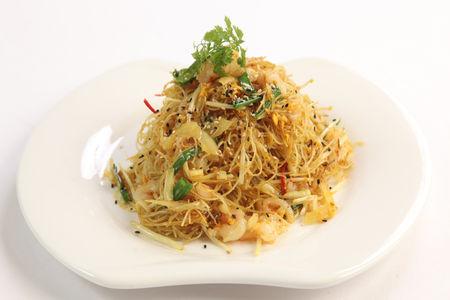 Жареная рисовая лапша по-сингапурски