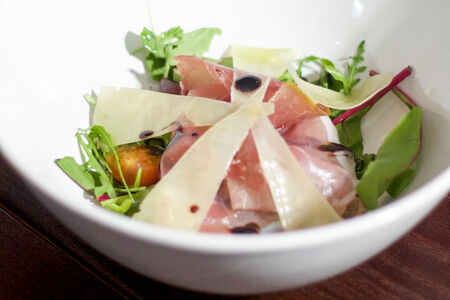 Салат с пармой и пармезаном