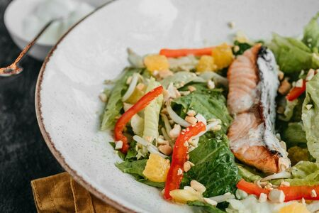 Теплый салат с лососем  на гриле