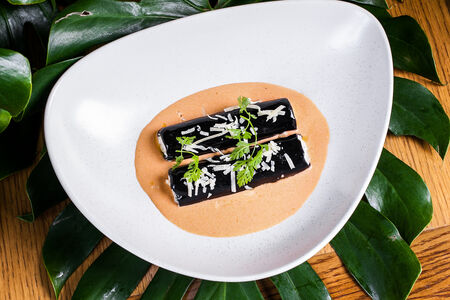 Каннеллони фаршированные морепродуктами со сливочно-томатным соусом