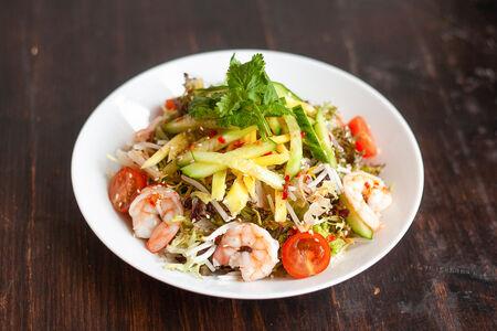 Тайский салат с тигровыми крeветками и манго