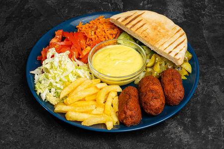 Шаверма вегетарианская на тарелке