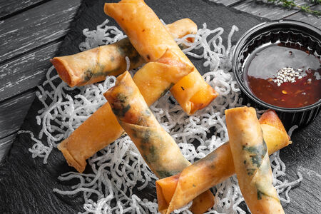 Азиатские роллы с сыром и кисло-сладким соусом