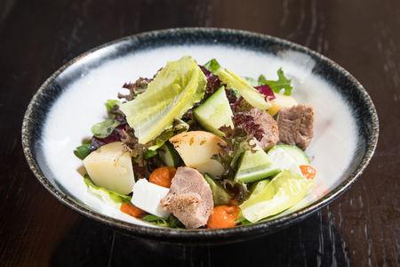 Салат с языком, шпинатом и соусом ромеско