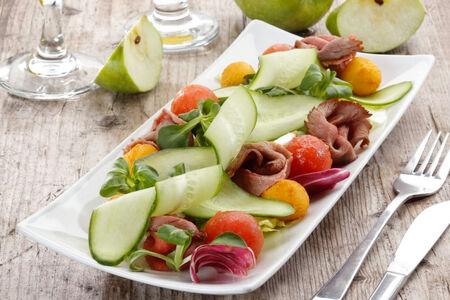 Микс-салат с ростбифом и хрустящим картофелем