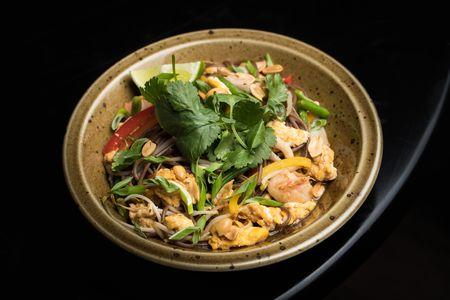 Вок по-сингапурски с курицей и креветками