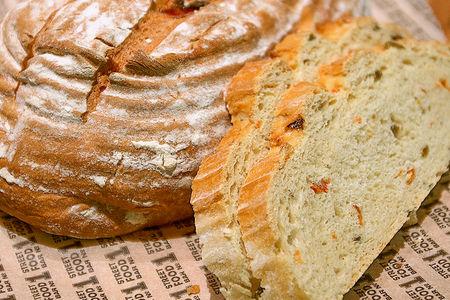 Пшеничный хлеб с томатами