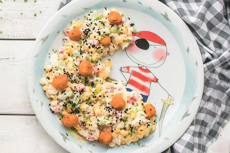 Кукурузный салат с хрустящей рыбкой