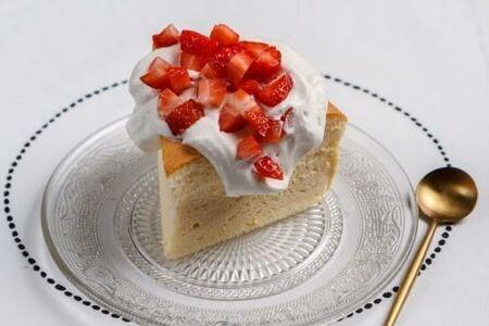 Сырный бисквит с клубникой под соусом «пломбир»
