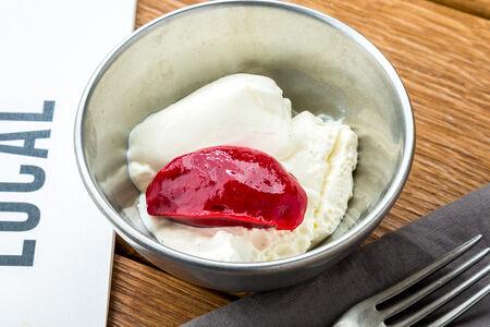 Десерт Сливочная панна котта с малиновым соусом