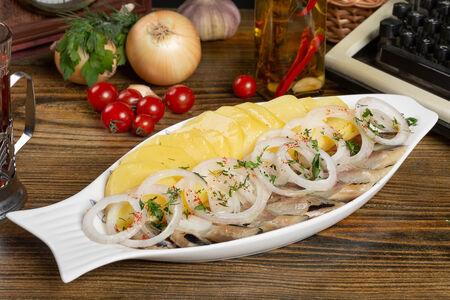 Картофель с сельдью и маринованным луком