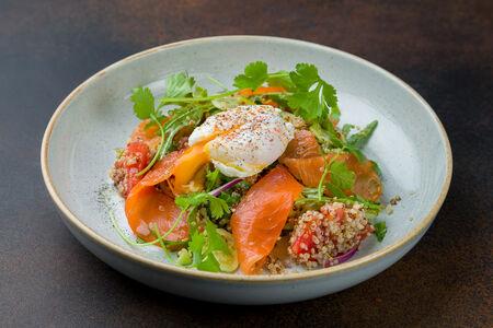 Салат со слабосоленым лососем и яйцом пашот