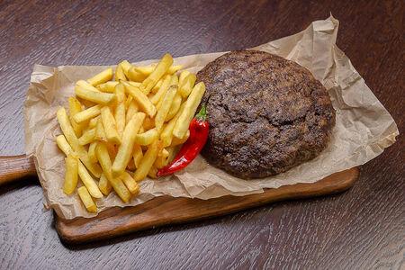 Большая котлета с картофелем фри