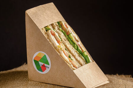 Сэндвич с курицей, овощами и пюре манго
