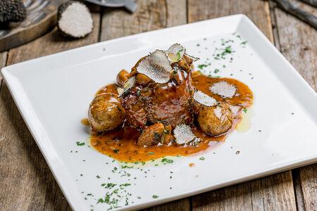 Филе миньон в соусе из белых грибов с черным трюфелем