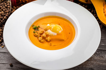 Крем-суп из копченого палтуса с яйцом пашот