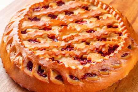 Пирог с малиной и яблоком