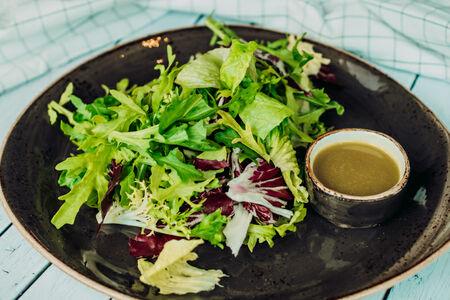 Зеленый салат с заправкой лимонный винегрет