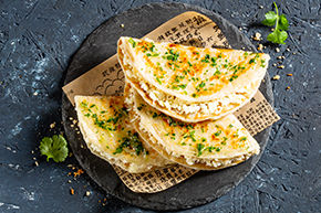 Сырная лепешка Роти с чесноком и зеленью
