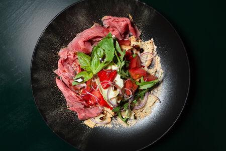 Салат с ростбифом, томатами и перцем конфи