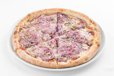 Пицца тунцом и красным луком