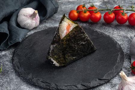Пирожок японский Онигири с лососем и сливочным сыром