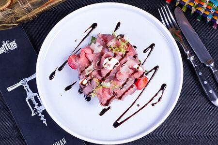 Салат с телятиной и слайсами пармезана