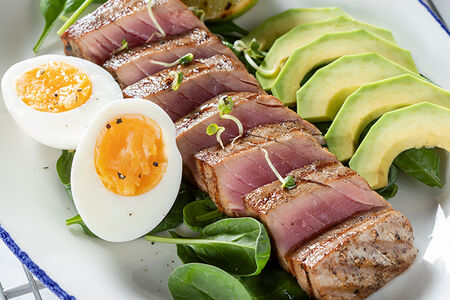 Стейк из тунца с авокадо и мини-шпинатом под цитрусовой заправкой