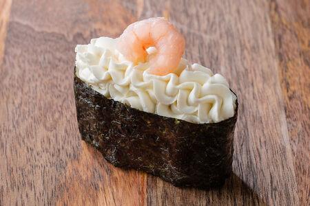 Суши с креветкой и сливочным сыром