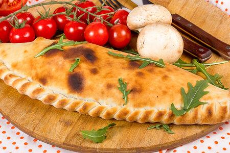 Пицца Кальцоне с ветчиной