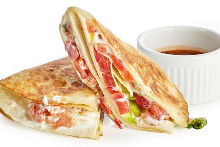 Сэндвич с лососем и томатами в тортилье