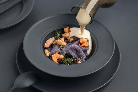 Крем-суп из корня сельдерея с креветками и форелью