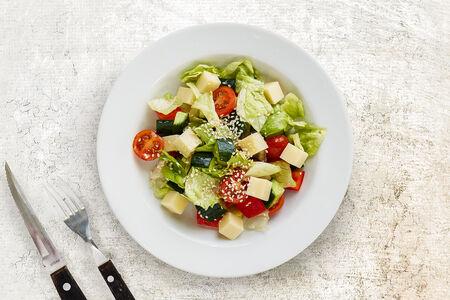 Салат с имеретинским сыром овощной