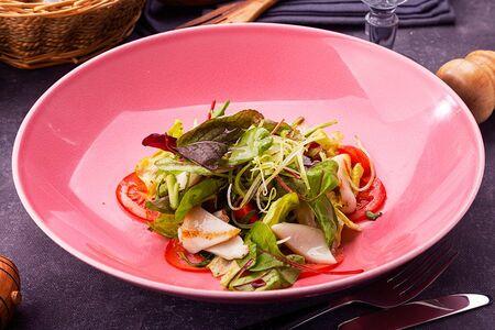 Салат с гриллированными овощами и кальмаром