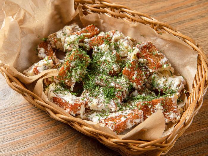 Гренки под сырным соусом с зеленью
