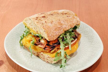 Тёплый сэндвич с индейкой и тыквенным соусом